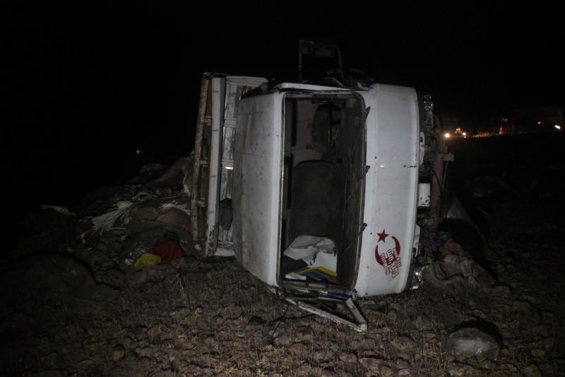 Otomobille çarpışan kamyonet şarampole devrildi