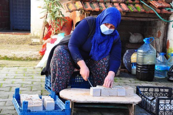 Atık zeytinyağı posalarını sabun yapıp, aile ekonomilerine katkı sağlıyorlar