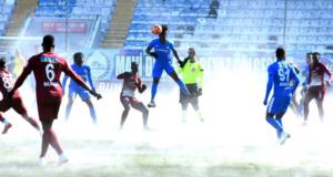Erzurum'da -7 derecede oynanan maçta alttan ısıtma açıldı, saha saunaya döndü