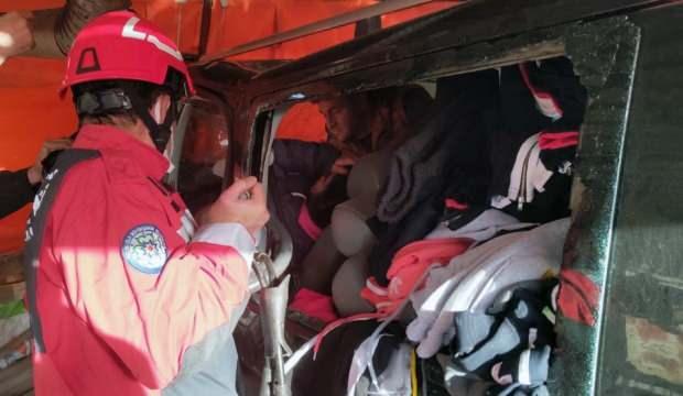 Minibüs ile kamyonet çarpıştı 4 yaralı