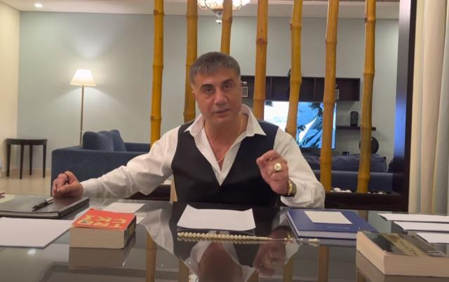 Yeni video yayınlayan Sedat Peker masasına koyduğu kitaplarla mesaj vermeye devam ediyor